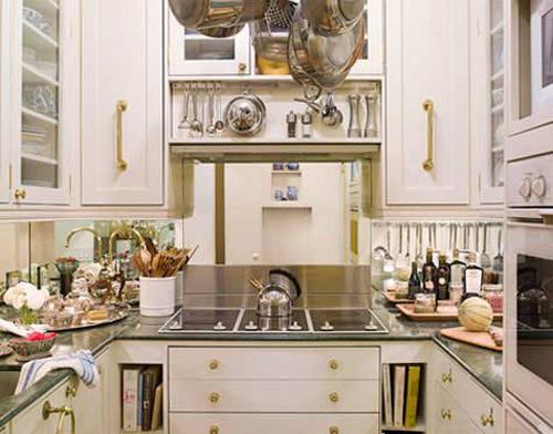 Nội thất phòng bếp cổ điển với sắc trắng.